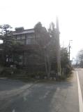 事務所の入口!道路沿にある赤瓦の家。