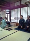 正客は広島大学の利島先生、次客に座らせて頂きお濃茶の作法にのり、3名で頂きました。